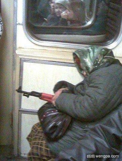俄罗斯大妈持AK-47坐地铁