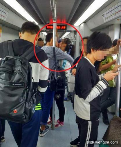小情侣地铁连续亲吻过11站