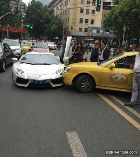 出租车双黄线掉头 撞上兰博基尼负全责