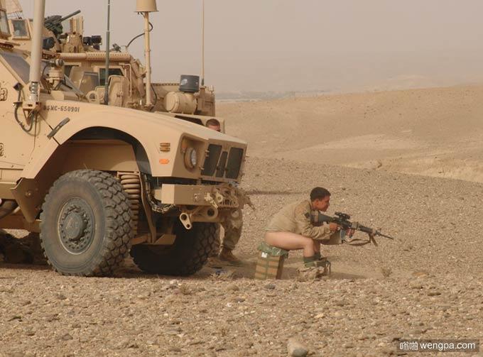 阿富汗美军日常 蹲坑也得持枪戒备
