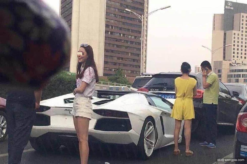 北京又一白色兰博基尼撞车 驾驶人为某女网红