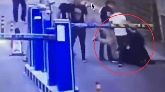 宾利女司机招人群殴保安视频 带多名男子指认保安