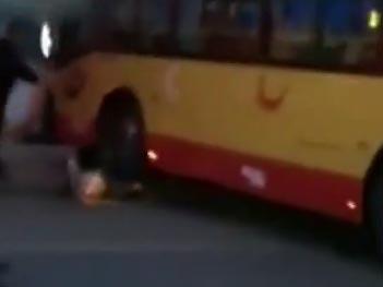 【视频】公交司机与私家车斗气 多次追撞私家车 碾压司机双腿