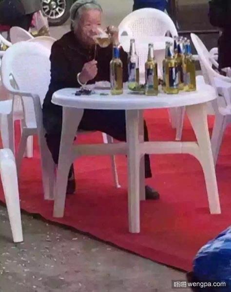 老太太喝啤酒 头发白了,扎啤,喝个不停……