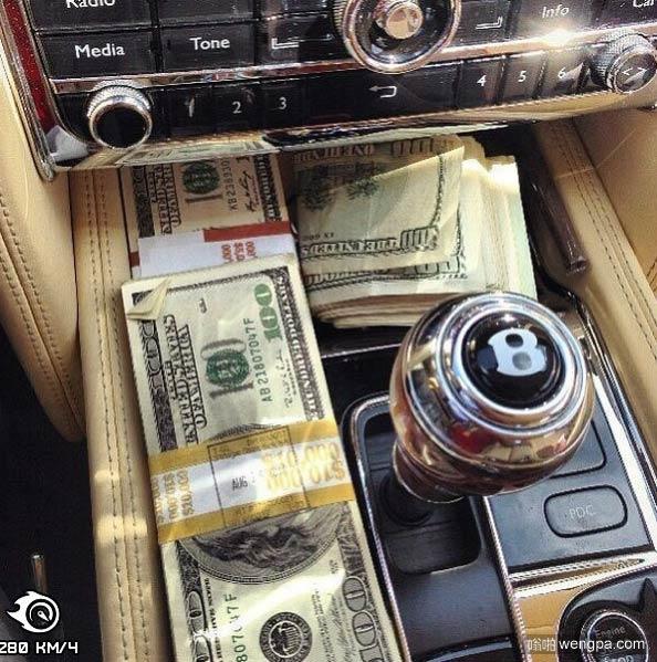 宾利+美金 谁不喜欢这样的生活-嗡啪搞笑图片