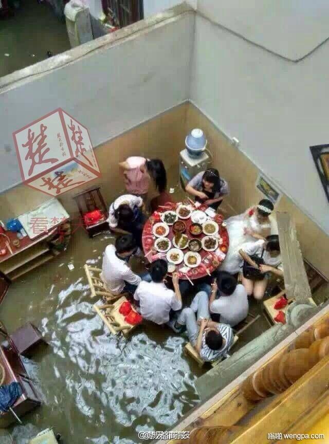 洪水冲不走爱情:湖北新人暴雨中举行婚礼