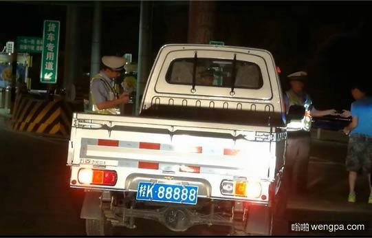 男子花百万买桂K88888车牌挂五菱小货车 一天被交警查8次