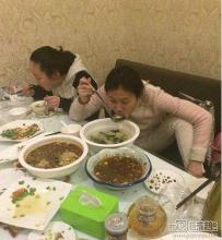 【喷饭笑话】闺蜜来家里吃饭,婆婆很热情,做了七八个菜