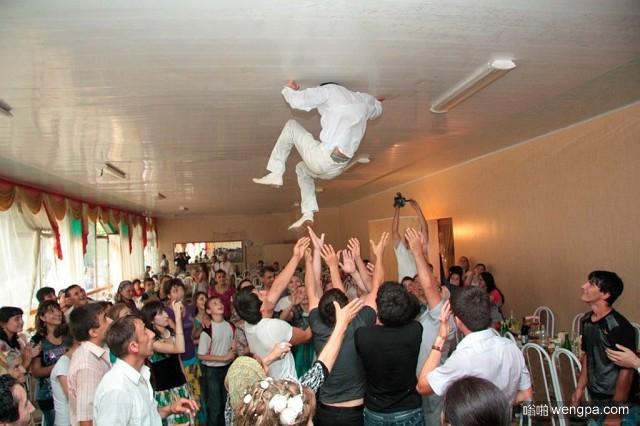 将新郎跑抛向空中!不对,是抛向天花板