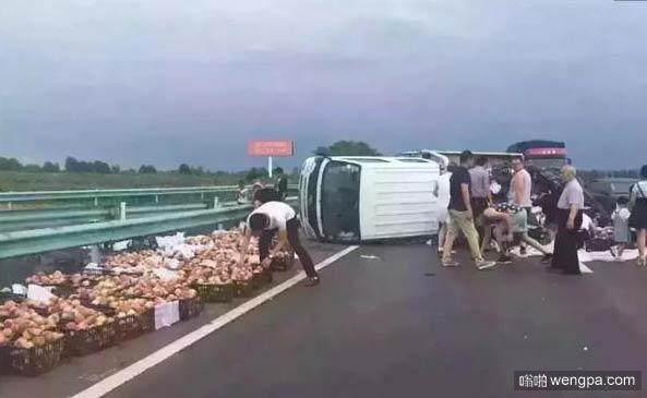 这次装桃子的货车侧翻 大家没有哄抢而是整齐摆好放在路边