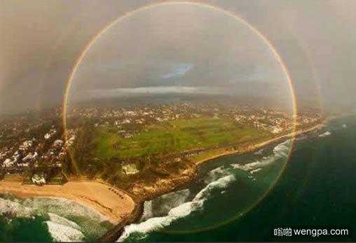 飞机上看到的完整彩虹