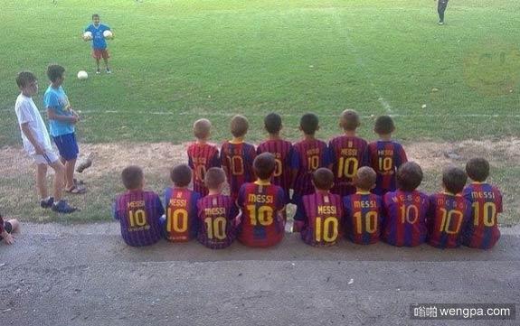 小朋友清一色穿的是巴萨梅西10号球衣
