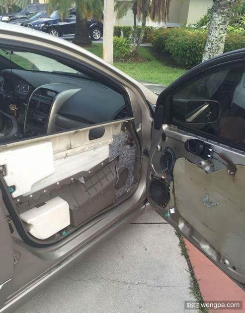 这车门纸糊的吗…….