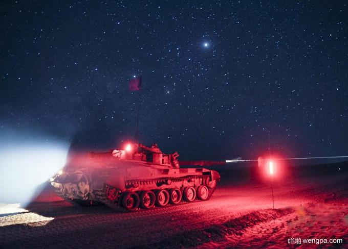解放军坦克夜间训练唯美照片