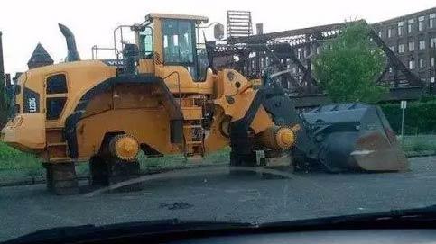 铲车的轮胎被偷了
