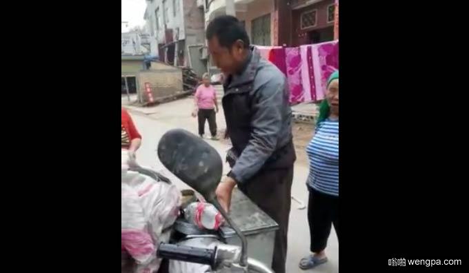 【搞笑视频】农村卖货大爷结巴 一开口把周围人笑翻-嗡啪视频