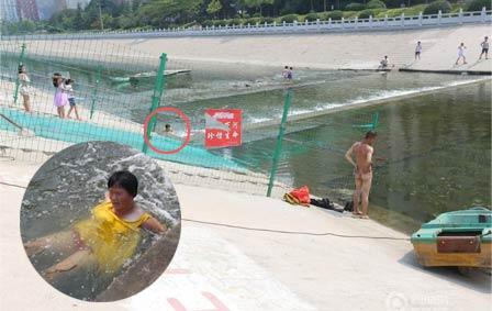 郑州38度高温 大妈水渠消暑无视身后裸男