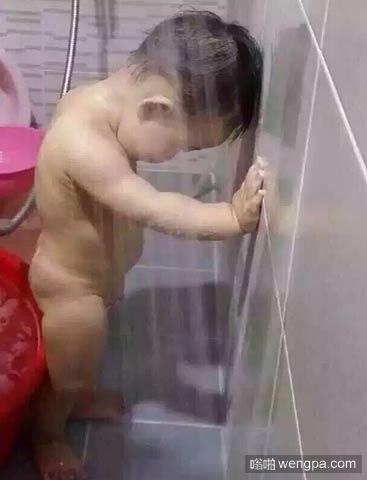 【内涵段子】4岁的表弟来我家玩 吃好晚饭后我正在帮他洗澡