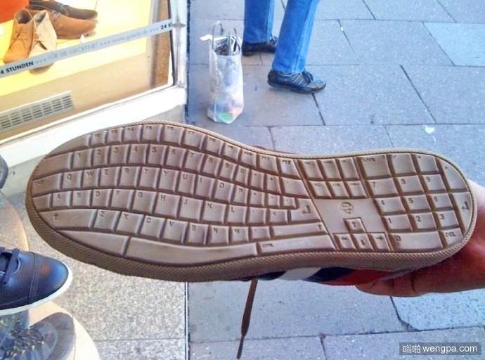 如果你有个程序员男票,可以考虑送他这双鞋啊