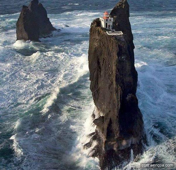 冰岛某小岛悬崖上的小屋