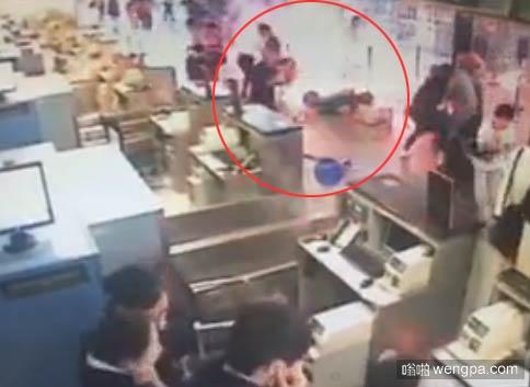 【监控视频】上海浦东机场发生连环爆炸 现场冒出火光浓烟