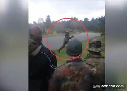 【视频】女兵训练将手榴弹扔错方向 吓的围观老爷们四散逃窜