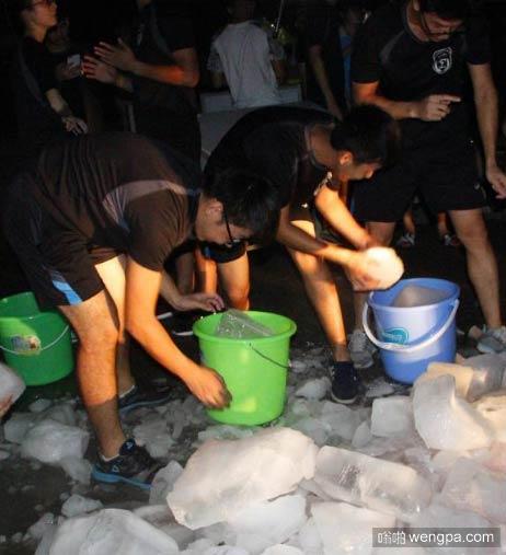 别人家的学校:广西高校用15吨冰块给学生解暑