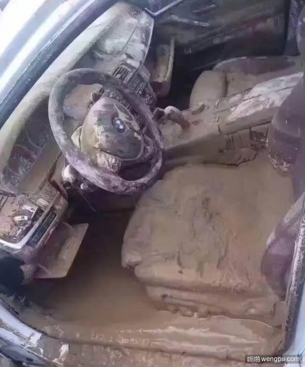 洪水过后 我这车白瞎了 - 嗡啪搞笑图片