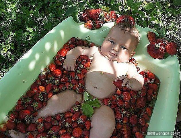【小孩搞笑图片】宝宝用草莓洗澡-嗡啪搞笑图片