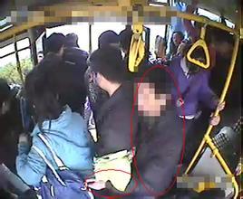 【搞笑段子】公交车上,小明看见小偷偷了一位女士的钱包