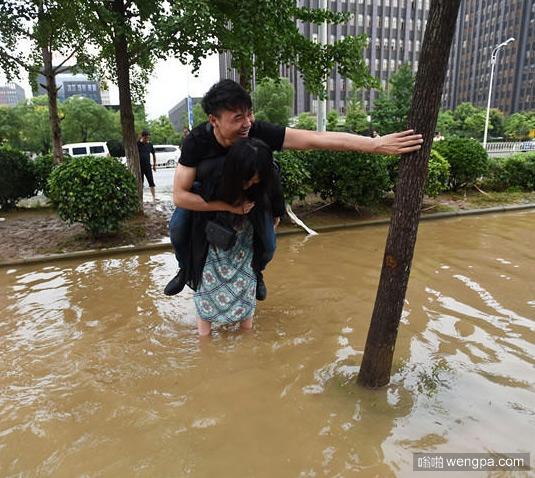女汉子背男友趟水路 不让男友打湿鞋