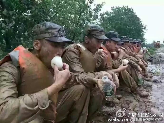 武汉全城被淹 交通几乎瘫痪 李克强冒雨指挥抢险