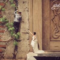 泰国摄影师Ekkachai把情侣放入各种有趣的小背景里,做成了这组甜蜜又特别的婚纱照。