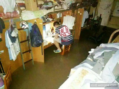 武汉学霸大学生水中蹲椅子学习 椅面全淹后上桌继续