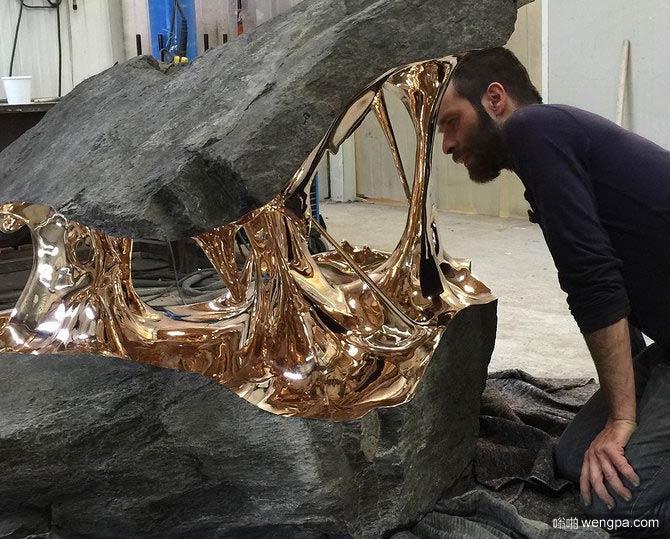 劈开的巨石被青铜内饰拉伸 来自罗曼朗格卢瓦的作品
