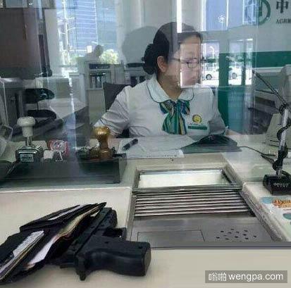 【银行搞笑段子】今天在工商银行看到一幕,大厅内摆着一张桌子上面贡着几样贡品