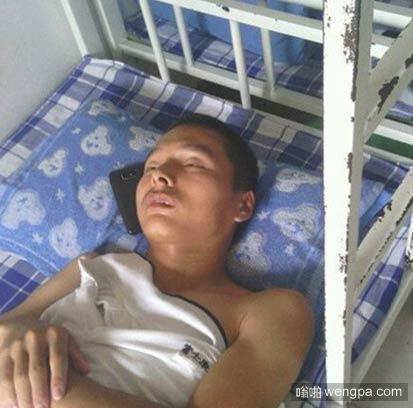早上下床看到室友这样子被他吓到了