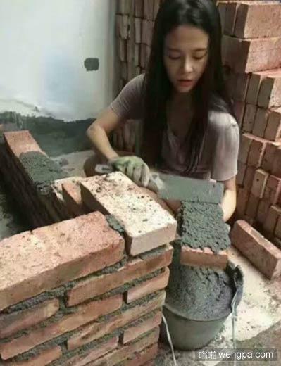 【砌砖的美女泥瓦工】我爱上了工地上砌砖的一个泥瓦工 - 嗡啪搞笑图片
