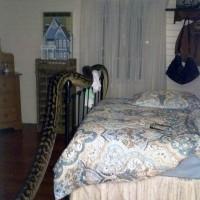 澳洲女子在朋友家做客,一觉睡醒发现房间里居然有一条16英尺(约4.9米)巨蟒正从背后目不转睛地瞅着她。房子的主人Trina Hibberd在昆士兰热带米申海滩度假区的房子刚刚被翻新过,朋友就想着顺便过来看看,她还曾担心房子的窗户开着会不会有青蛙进来,但是万万没想到,朋友早上4点半醒来发现房间里居然有一条重约30公斤的巨蟒。
