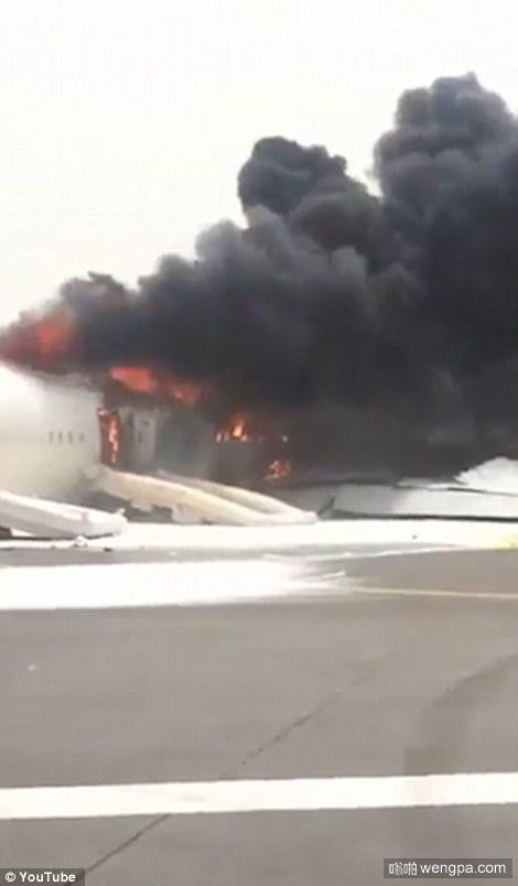 迪拜机场波音777客机迫降爆炸起火 机上300人安全撤离
