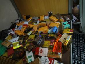寝室四个都抽烟,买烟的就我一个!每次一包烟开了一天不到就没了,慢慢我也就不买了
