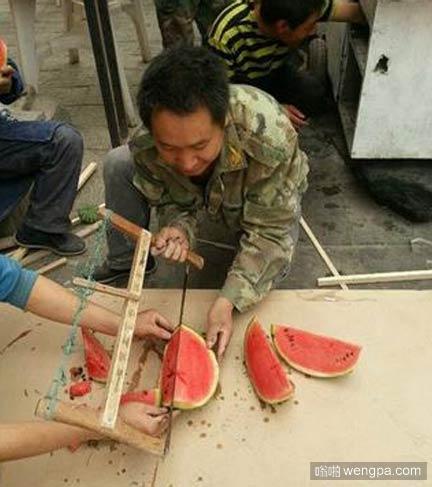 木匠找不到西瓜刀,用锯子锯开开西瓜