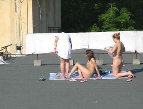 【搞笑段子】上周气温高,我没穿衣服在自家后院晒日光浴,结果我女邻居报警
