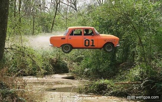 老式赛车飞越丛林的小溪