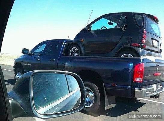 一辆大道奇公羊装载一辆smart - 嗡啪汽车