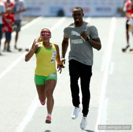 博尔特给巴西的三届残奥会盲人女短跑冠军引跑