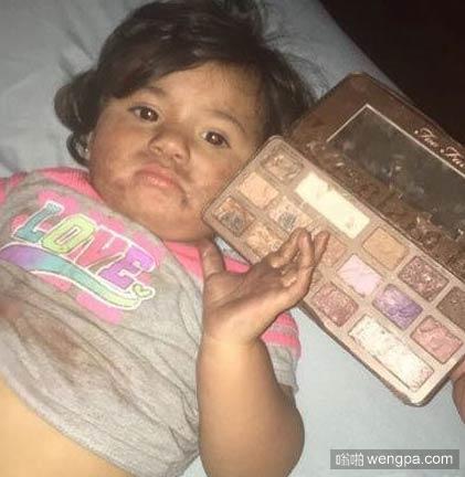 熊孩子把化妆盒的颜色当成巧克力吃了