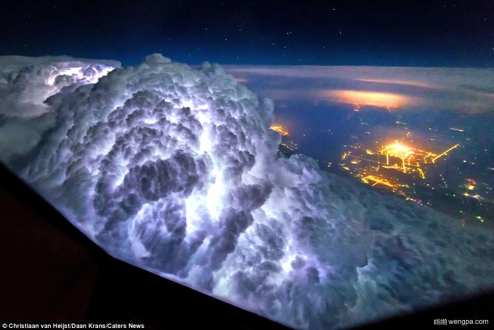 飞入暴风雨:世界各地的航班机组人员拍摄的难以置信的照片 显露出一些真正壮观的天气