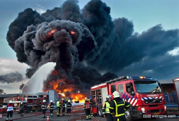 地狱之象 火灾现场的乌黑浓烟像一头黑色的大象