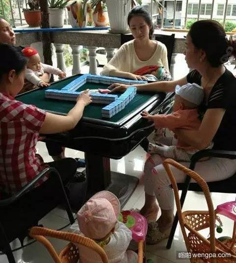 孩子们从小就耳濡目染 吃着奶学着打麻将